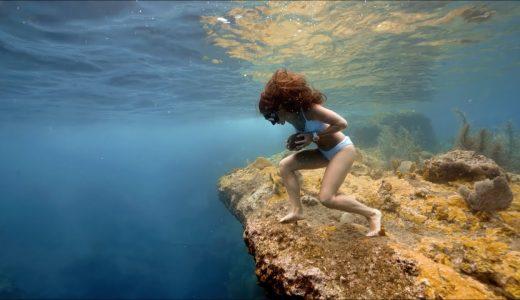 重い石を抱きながら海底を歩き回るという謎のスポーツ