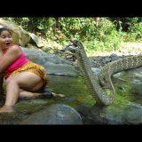 【閲覧注意】超ワイルドな女性がホホホホホホホッと叫びながら大蛇を捕獲し丸焼きにして食べる