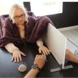 【実験】ゴム手袋を自分の手だと錯覚させる実験がおもしろい!