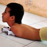 【動画】四肢がなく生まれてきた少年、執念でプレステをする