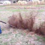 【動画】農家の人がネズミの巣穴に空気銃をぶっ放して一網打尽にする