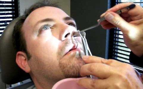 【動画】鼻から器具を取り出したらめちゃくちゃ長い鼻水も一緒に出てきた