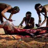 【動画】あー気持ちいい!!狩ったオリックスの血を体中に塗りたくるサン族の人たち