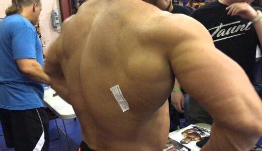 【動画】背中にシールを貼られたボディービルダー、筋肉が邪魔で手が届かない